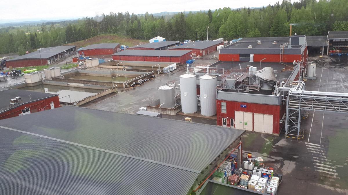 Química e Derivados - Operador maneja guindaste na recepção do lixo em usina WTE da Finlândia